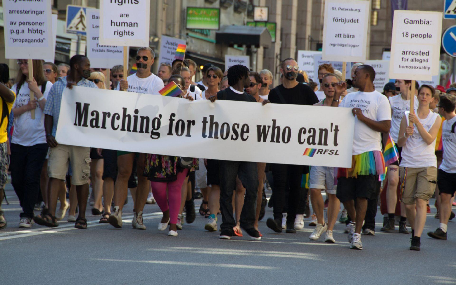 RFSL marscherar för de som inte kan gå i en prideparad.
