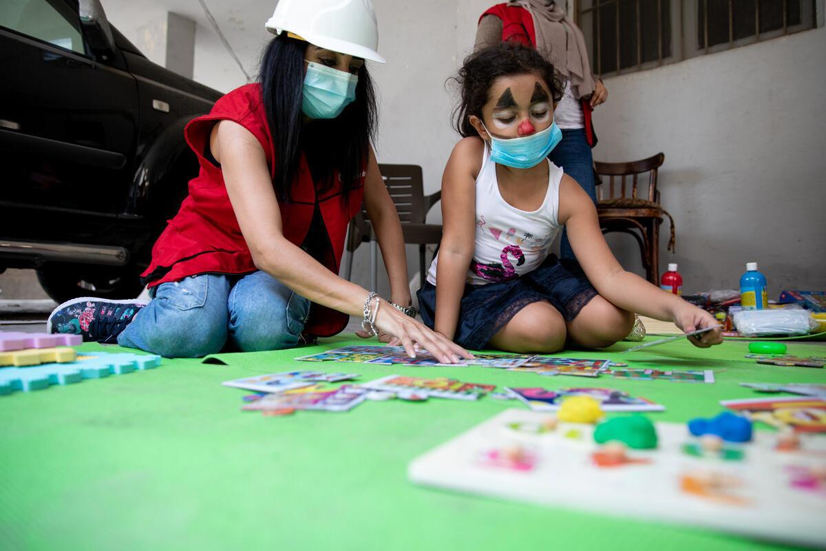 Mer än var fjärde krona som insamlingsorganisationerna fick i gåva av svenskarna förra året gick till verksamhet för barn och unga. Här får Sonia, 8 år, stöd av Rädda barnen i Beirut, Libanon.