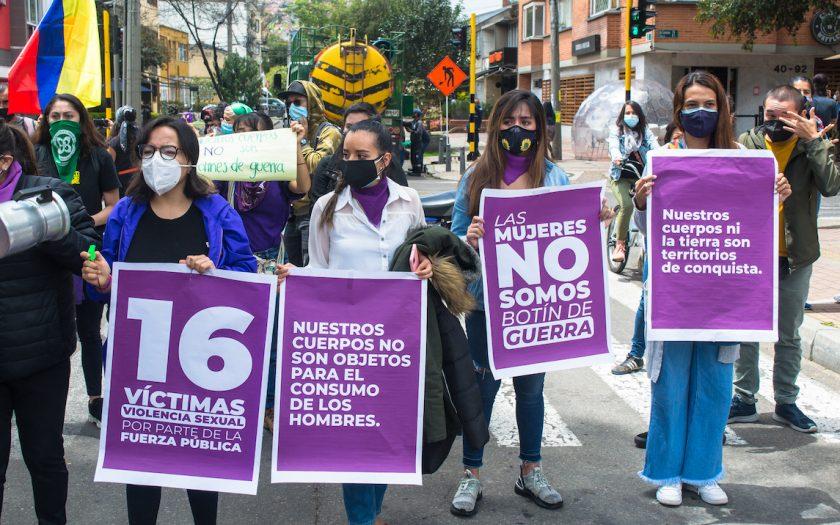 """""""Våra kroppar är inte männens konsumtionsvaror"""", """"Kvinnorna är inte krigsbyten"""" och """"Varken våra kroppar eller marken är territorier som kan erövras"""", står det på unga kvinnors plakat i protest mot polisens sexuella övergrepp i Colombia. Sedan bilden togs har antalet offer för polisens sexuella våld ökat från 16 till 21."""