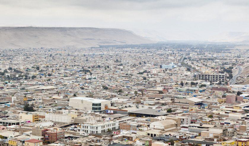 På 1980-talet dumpades giftigt avfall från Sverige i öknen utanför staden Arica, i Chile – en stad som växer och där tusentals invånare blivit sjuka av avfallet.