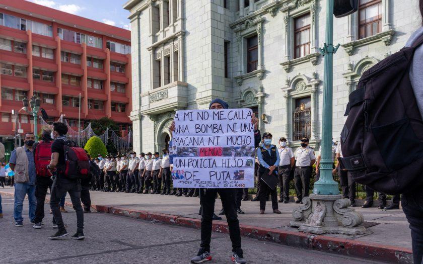 """""""Mig tystar ingen bomb eller batong, allra minst en jäkla polis. Ni stod för krutet, folket är elden"""", står det på ett plakat utanför parlamentet i Guatemala, vid en demonstration mot korruption, i november 2020."""