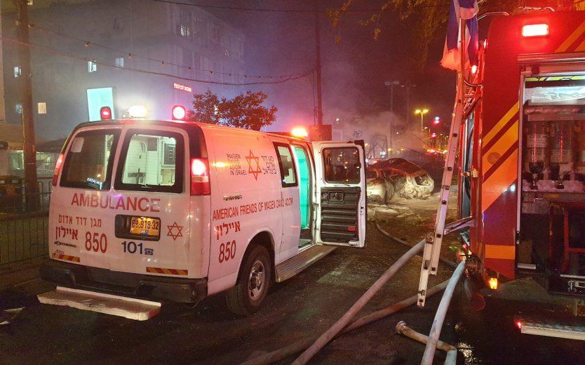 En ambulans tillhörande Magen David Adom, Israels motsvarighet till Röda Korset, rycker ut till platsen för en buss som träffats av en raket från Hamas, den 11 maj 2021.