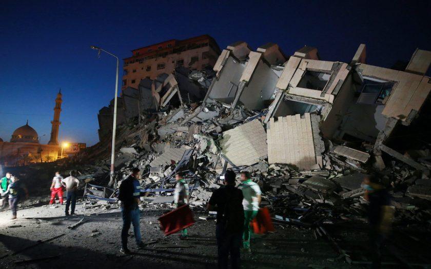 Israeliskt flygvapen riktar in sig på byggnader i Gaza, där man hävdar att Hamas bedriver militär verksamhet. Hamas har å sin sida skjutit fler än 2 000 raketer mot Israel.