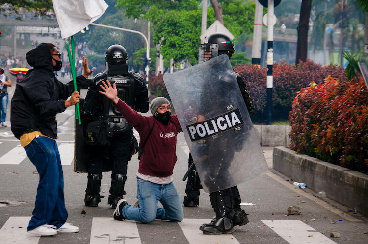 Hundratals personer ska under de senaste dagarnas protester ha utsatts för godtyckliga gripanden av polisen i Colombia.