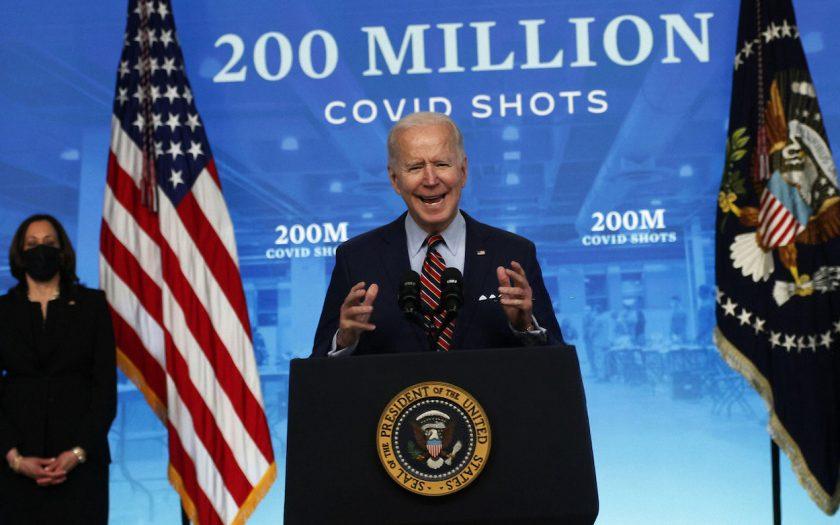 USA:s president Joe Biden byter fot och stöttar förslag på att slopa patent på vaccin mot covid-19. Något ett 100-tal länder efterfrågat.