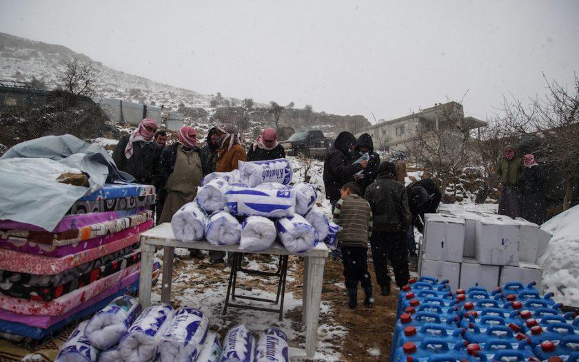 Syrienkrisen är fortsatt den humanitära kris som får störst stöd av Sida, när myndigheten fördelas sitt humanitära stöd. Här tar syriska flyktingar i Libanon emot hjälp.