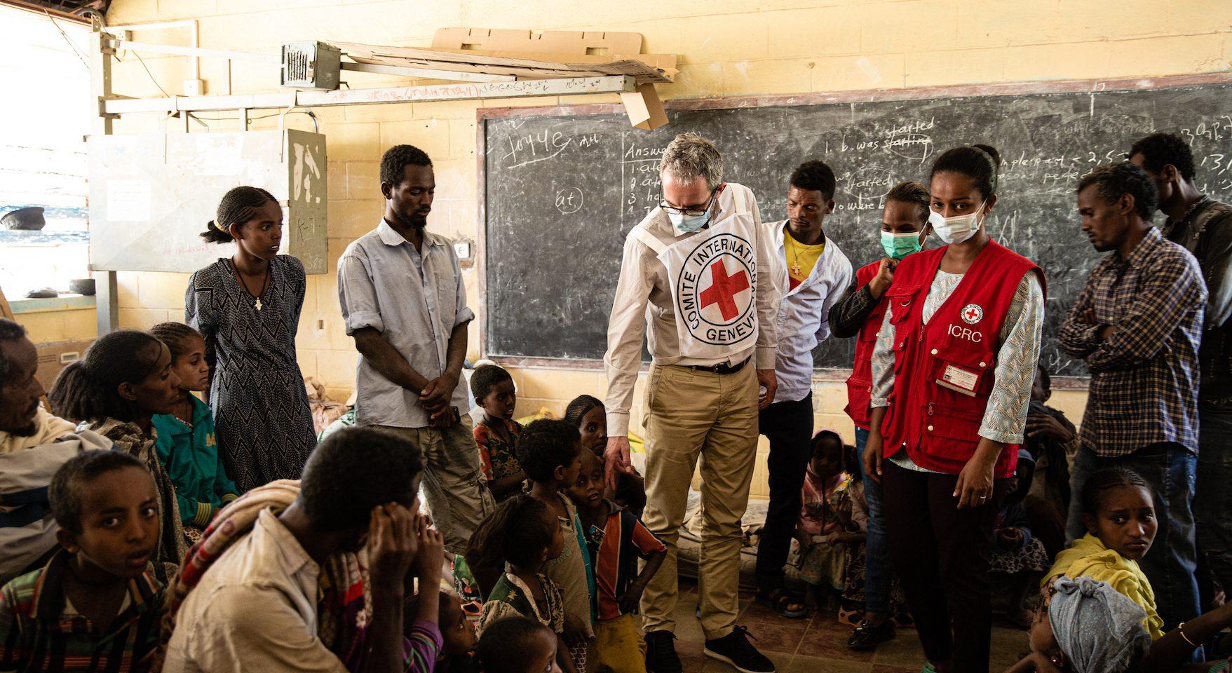 Dominik Stillhart är chef för internationella rödakorskommittén, ICRCs fältoperationer. Här på besök i en skola med internflyktingar i Tigray, i norra Etiopien.