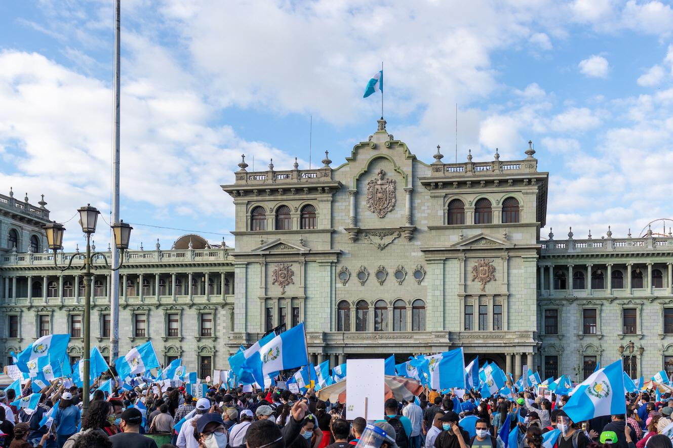 Demonstrationerna mot den utbredda korruptionen i Guatemala avlöser varandra, men stödet från det internationella samfundet vacklar.
