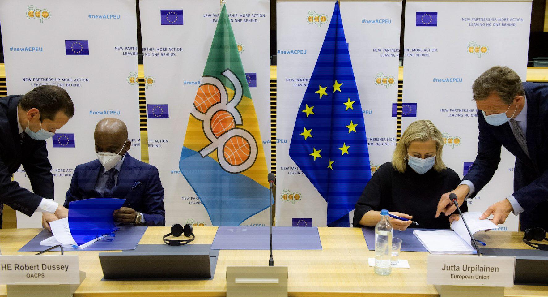 Togos utrikesminister Robert Dussey skrev under avtalet för Afrikas, Västindiens och Stillahavsländernas räkning. EU-kommissionär Jutta Urpilainen th.