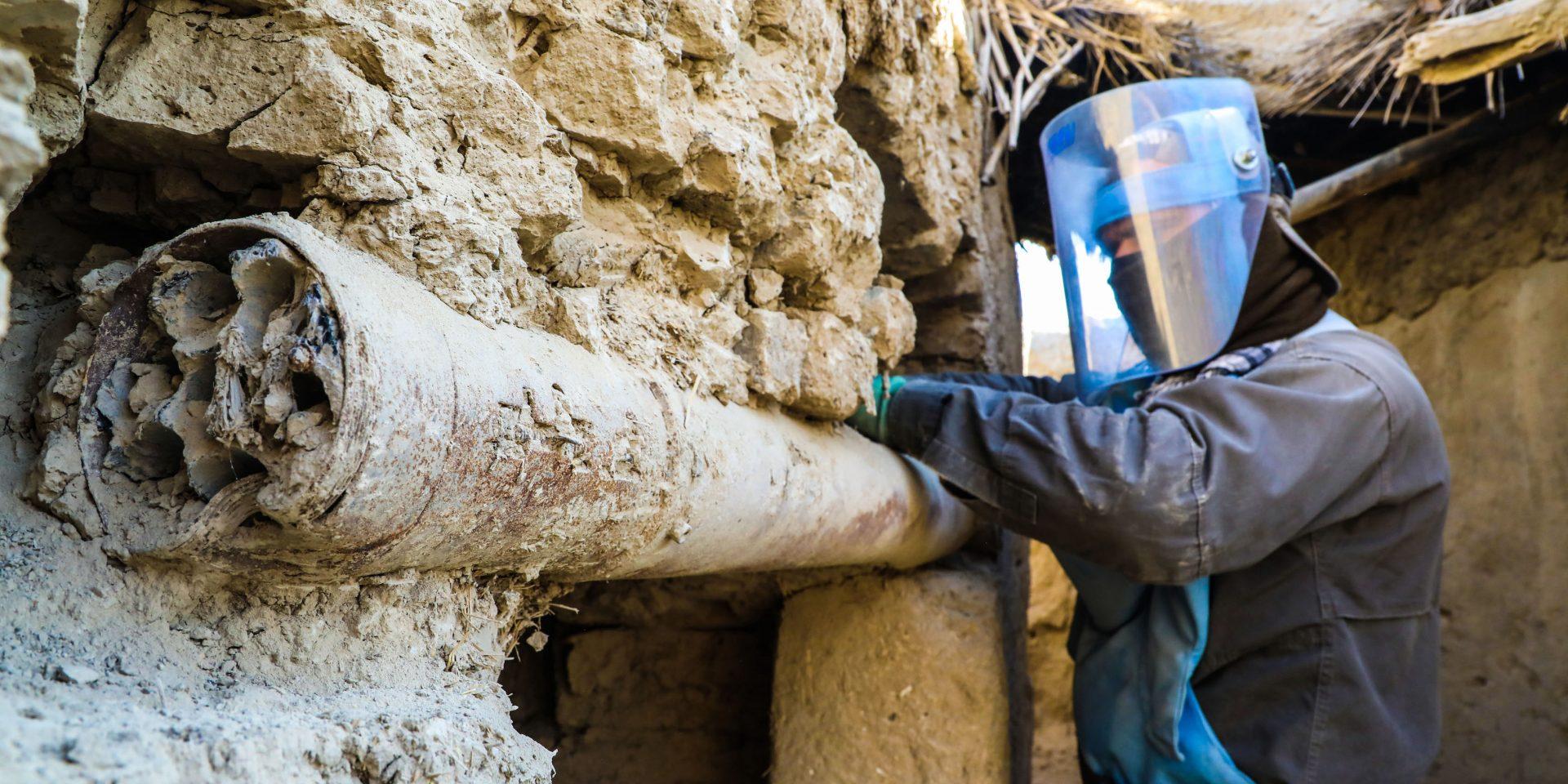 Minröjare plockar bort gamla missiler med explosiva stridsspetsar som använts som bjälkar i ett hus i norra Afghanistan.