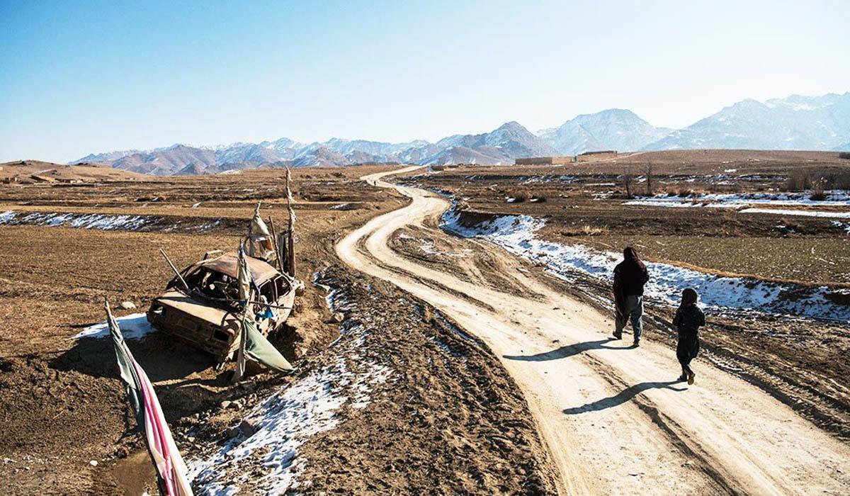 Utefter vägkanterna i Afghanistan syns spår efter åratal av krig, där drönare och talibanernas egentillverkade bomber slagit ut allt från stridsfordon till bilar.