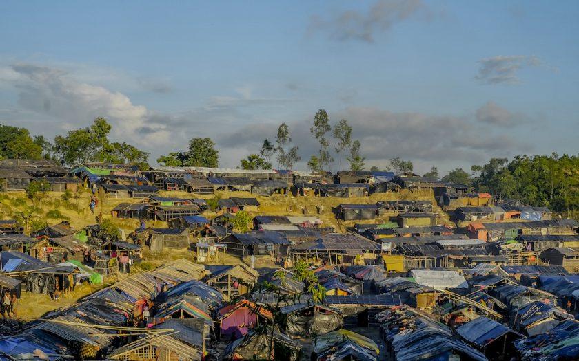 Tätbefolkade flyktingar i lättantändliga boendelösningar på torr mark är en livsfarlig kombo och orsakar lätt bränder, som i världens största flyktingläger, i Bangladesh, den 22 mars 2021.
