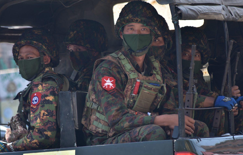 Soldater på väg för att slå ner på protester iTaunggyi, i Myanmar, den 28 februari. Medier som rapporterar kritiskt mot agerandet stängs nu ner.