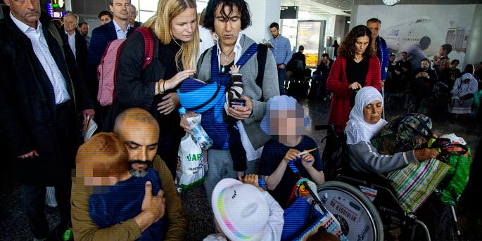 Artikelförfattarna Beatrice Eriksson, Gorki Glaser-Müller och Patricio Galvéz tar emot barn som återvänt från fångläger i Syrien.