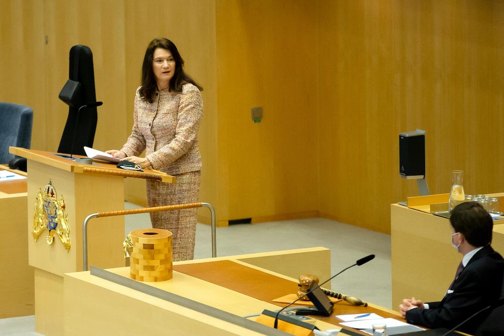Utrikesminister Ann Linde försvarade efter utrikesdeklarationen i riksdagen fortsatta svenska vapenleveranser till stridande parter i Jemenkonflikten.