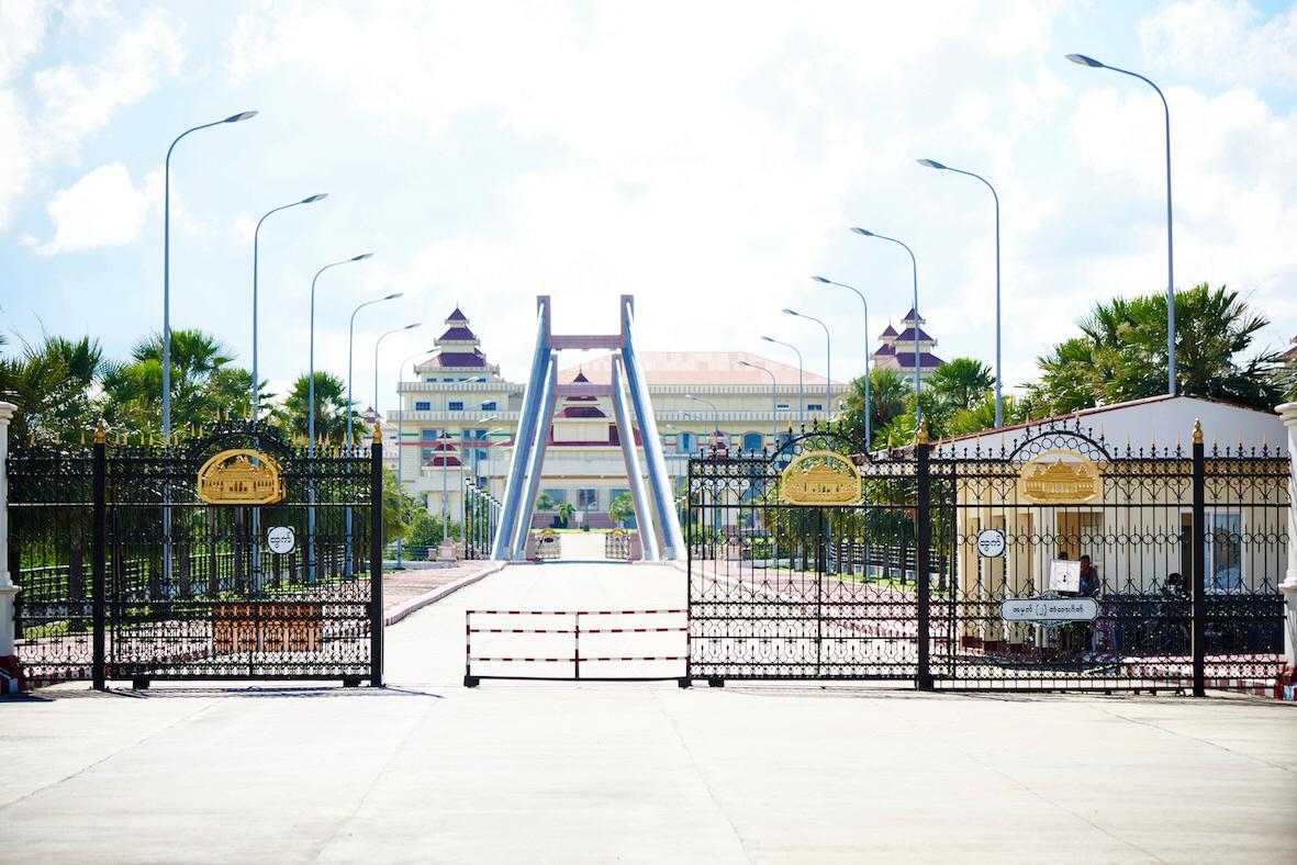 Parlamentsbyggnaden i Myanmars huvudstad Naypidaw ockuperas numer av militären sedan en junta tagit makten i landet. Bland annat svenska Sida väljer därför att avbryta delar av biståndet.
