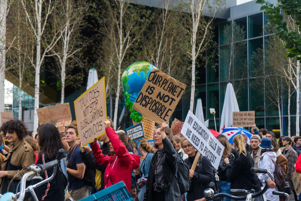 Inspirerade av en organisation i Nederländerna som genom domstol tvingade staten att agera för klimatet, planerar svenska ungdomar att stämma Sveriges regering och dess klimatpolitik.