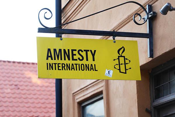 På grund av bland annat pandemin tvingas Amnesty International Sverige att spara in på åtta tjänster i Sverige.