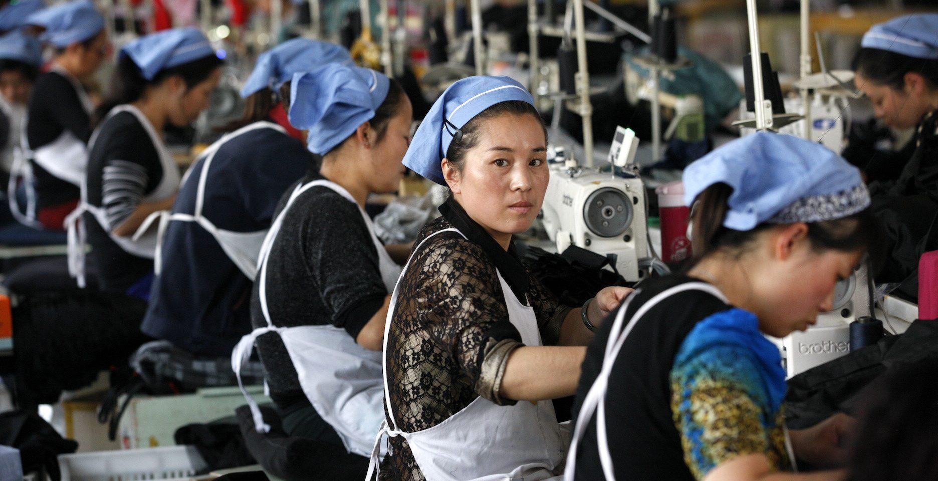 Allt fler aktörer i Sverige kräver att företag måste kunna ställas till svars för övergrepp på tex mänskliga rättigheter eller dåliga arbetsvillkor i leverantörsledet, här textilarbetare i Kina, som levererar till företag i EU.