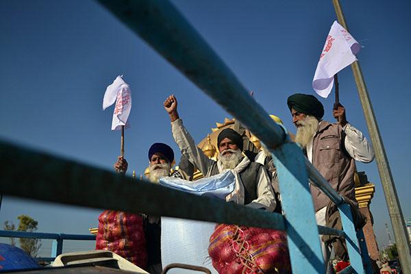 Bönder i den indiska staden Amritsar visar sitt missnöje under protester mot regeringens jordbruksreform i november 2020.