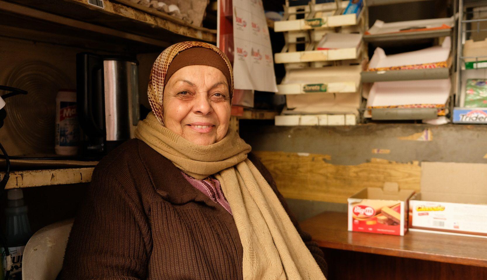 Samia Mansour håller trots utegångsförbudet sin lilla butik i Beirut öppen ett par timmar varje dag.