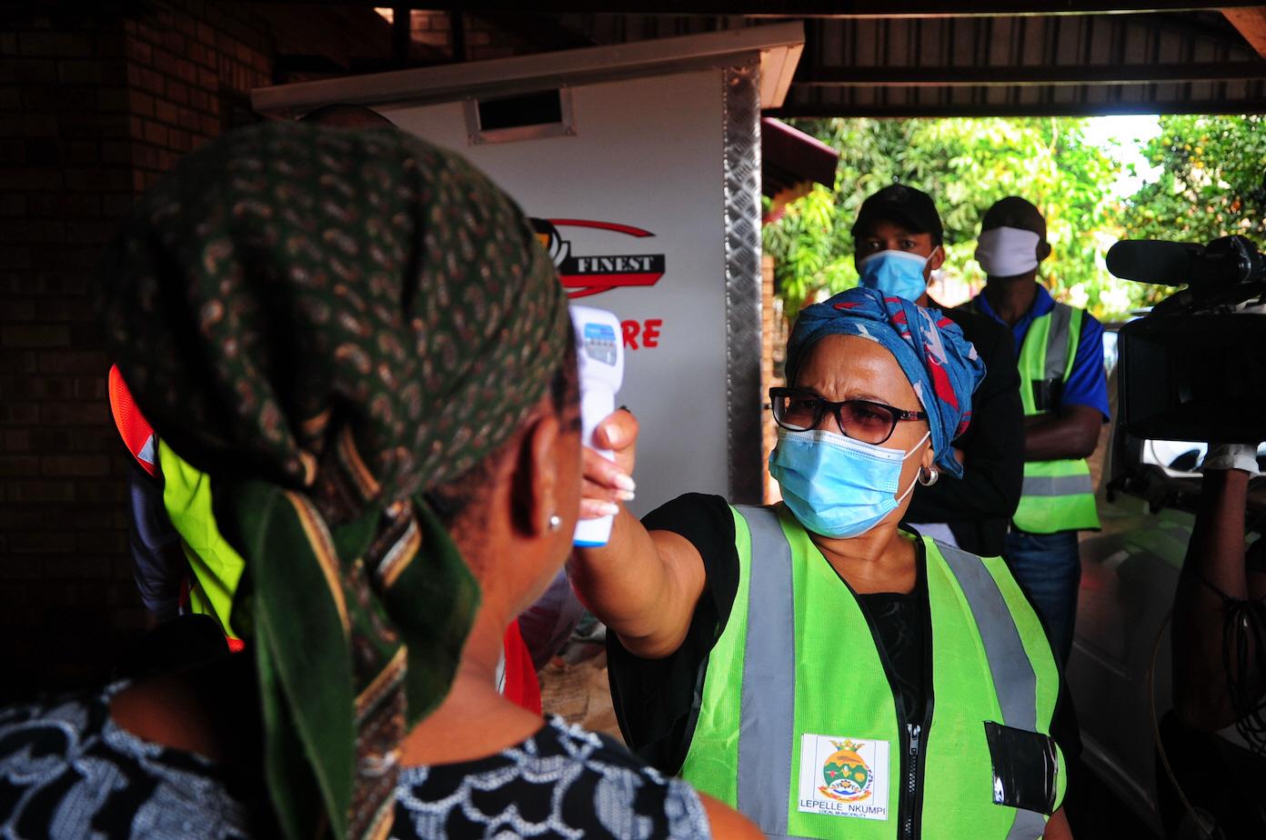 Samtidigt som allt fler smittas av covid-19 i Sydafrika har landet inlett sitt vaccinationsprogram, vilket är långt ifrån fallet i flera andra länder i Afrika.