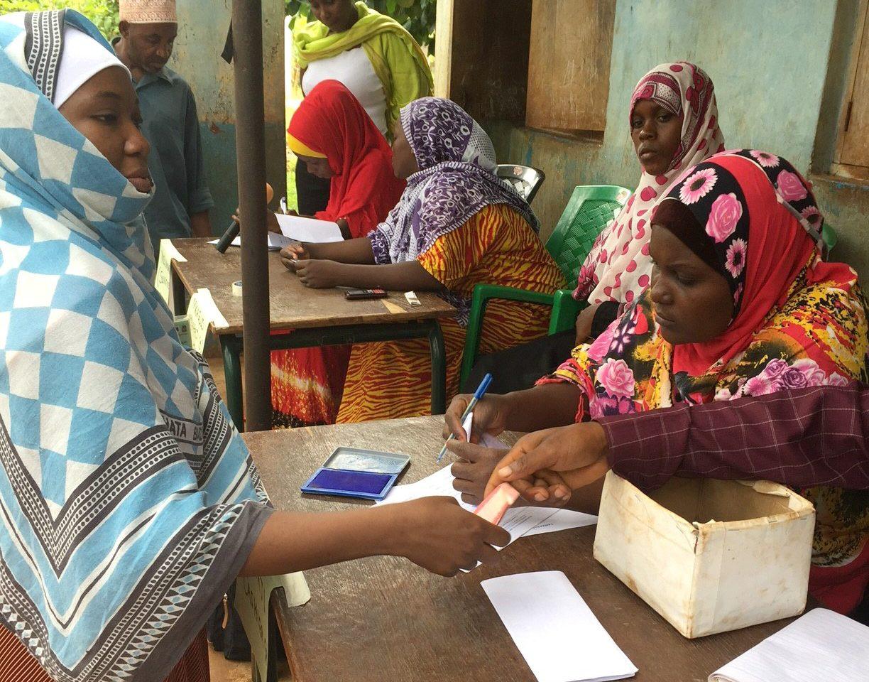 Sidas biståndssatsning i Tanzania riktar sig bland annat till kvinnor som får kontanter som ett slags socialbidrag, utbetalat av staten.