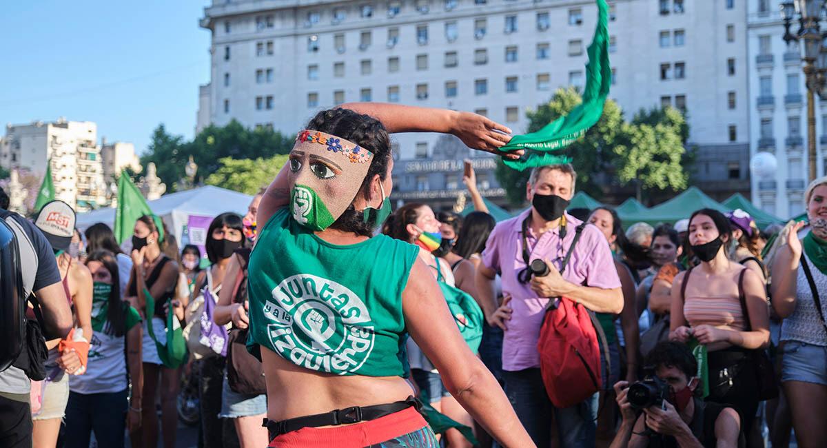 Efter att senaten röstade igenom förslaget om fri abort i Argentina utbröt stora firanden på gatorna utanför kongresshuset i Buenos Aires.