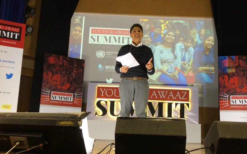 Den indiska klimataktivisten Aman Sharma talar en ungdomskonferens i Dehli 2019.