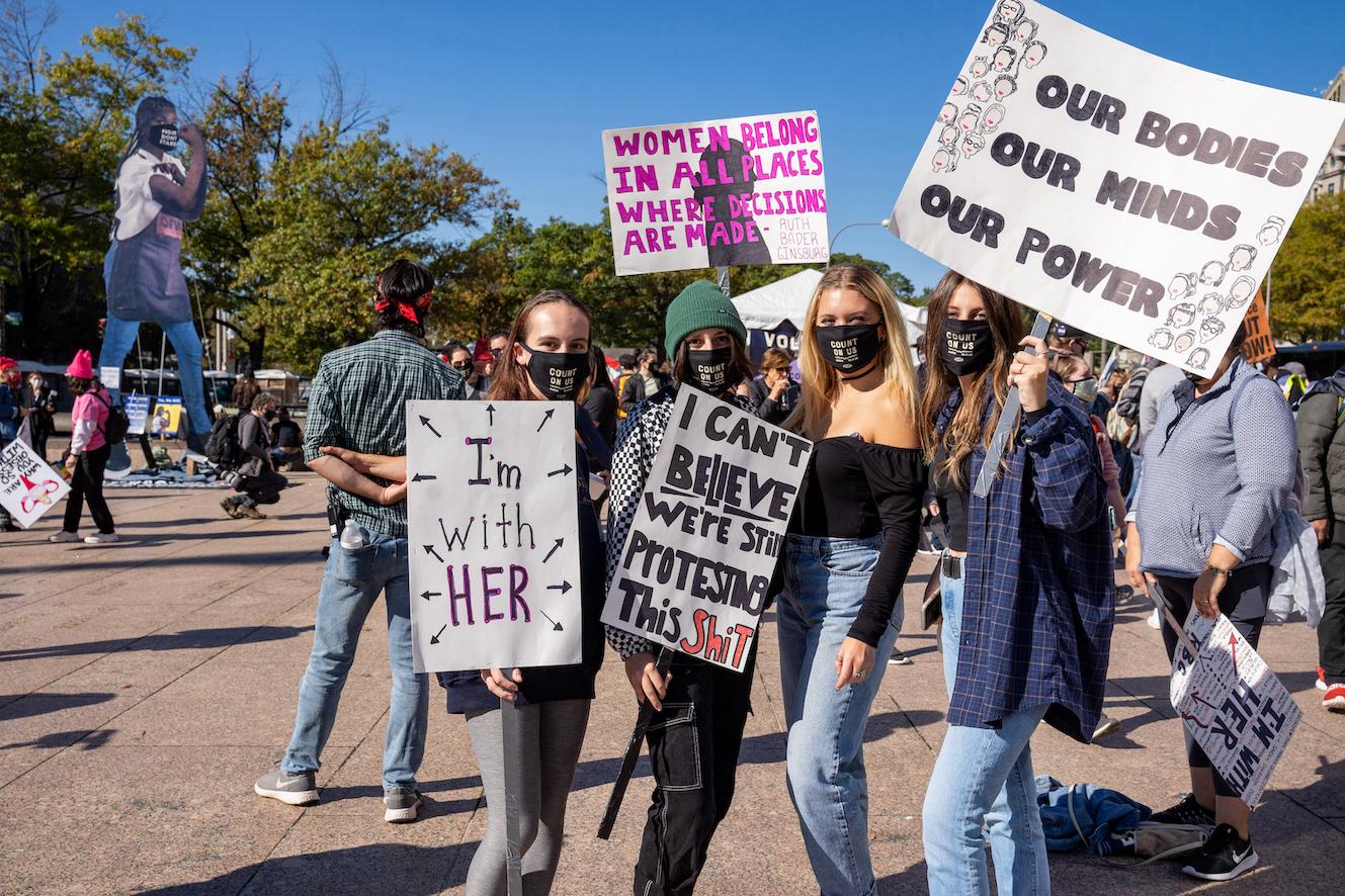 """Under en demonstration i Washington D.C i USA, protesterar unga flickor för kvinnors rättigheter – """"Jag kan inte förstå att vi fortfarande måste demonstrera för detta""""."""