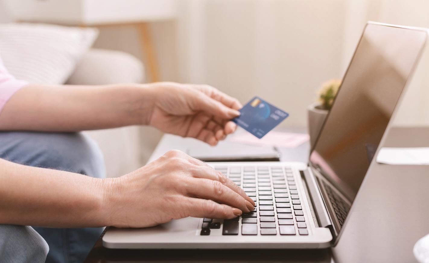 Covid-19 har slagit hårt mot resande och shopping i butiker, men samtidigt köper vi mer saker över internet, varför konsumtion fortfarande är ett hot mot klimatet.