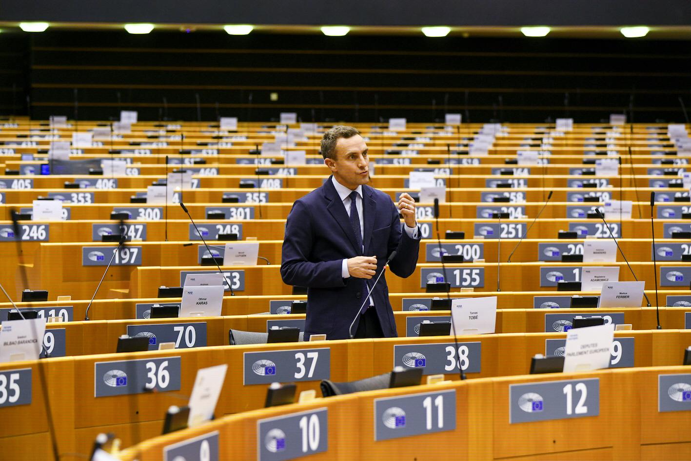 Den svenska Europaparlamentarikern Tomas Tobé anklagas för att ha kuppat igenom en sen förändring av parlamentets betänkande kring biståndseffektivitet.