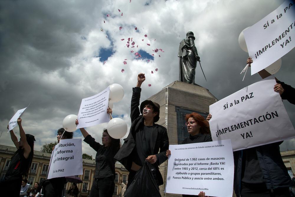 """""""Ja till freden, implementera nu"""", står det på demonstranternas plakat i Colombia. Svenska organisationer vill att Sverige sätter fred framför företagsintressen."""