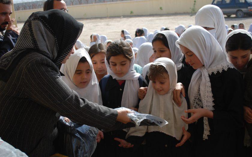 En av de stora framstegen i Afghanistan de senaste åren är flickors ökade möjligheter att gå i skolan, men om biståndsgivarna drar sig tillbaka är risken att möjligheterna minskar igen, skriver Svenska Afghanistankommittén med flera organisationer.