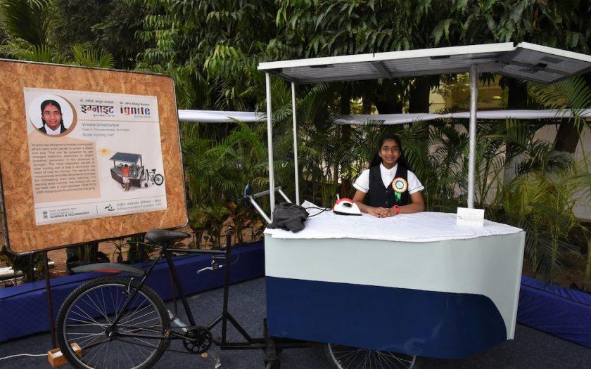 Vinisha Umashankar är en av vinnarna av barnens klimatpris. Här står hon med sin uppfinning – en soldriven strykvagn som är en mobil och hållbar strykjärnsservice.