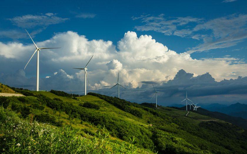 Sydkoreas president Moon Jae-in har lovat ersätta all kolkraft med förnyelsebara energikällor, som vindkraft i Yugbaegmajigi Farm, på berget Cheongoksan.