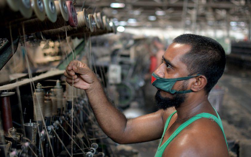 Covid-19-pandemin har visat under vilka tuffa villkor många arbetare inom textilindustrin i Bangladesh tvingas leva. Allt fler att klädföretagen tar större ansvar.
