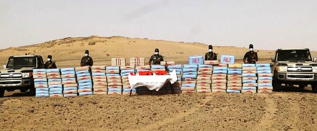 Soldater ur den västsahariska befrielsefronten Polisario med närmare 4 ton cannabis som de beslagtagit efter att det smugglats in i Västsahara från de av Marocko ockuperade delarna av territoriet.