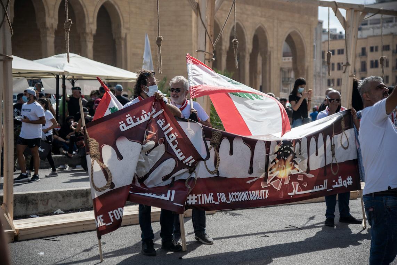 Demonstranter i Beirut kräver regeringens avgång efter den katastrofala hanteringen av landets ekonomi och explosionen i stadens hamn den 4 augusti 2020.