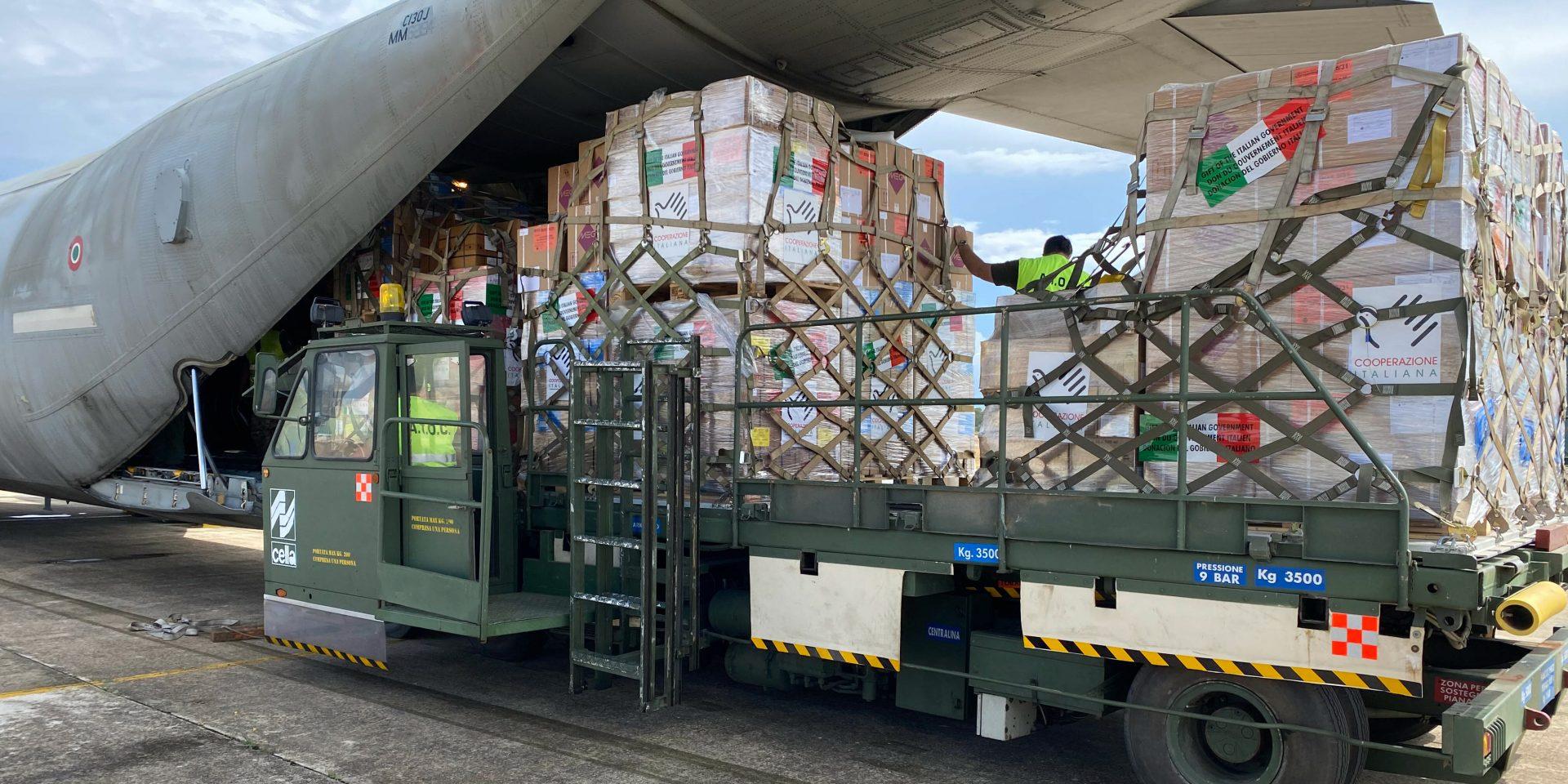 En last på 8,5 ton medicinsk utrustning som har donerats av det italienska utrikesdepartementet till Beirut, i Libanon, och skickats från FN:s livsmedelsprogram WFP, i Italien.