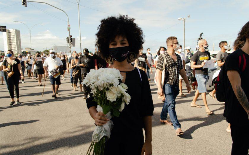 Femåriga Miguels död i Brasilien ledde till stora protester i spåren av Black Lives Matter-rörelsen i USA. Här minns en kvinna i Prenambuco, Brasilien, Miguel med vita blommor.