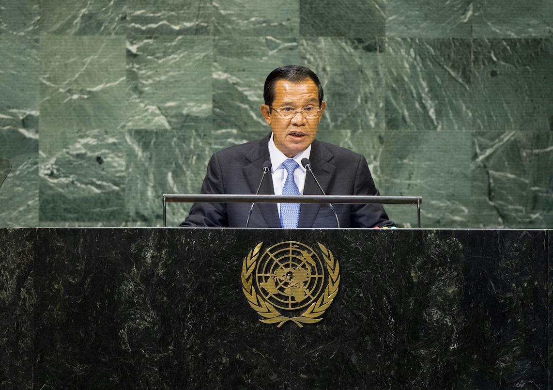 Kambodjas premiärminister Hun Sen agerar alltmer auktoritärt och hindrar demokratisk utveckling. Därför avbryter Sverige sitt bilaterala bistånd till Kambodja.