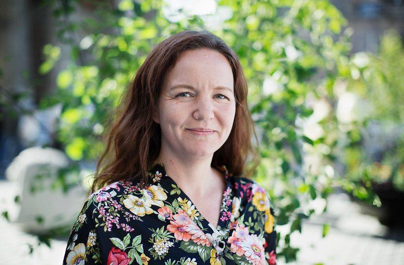 Vänsterpartiets biståndspolitiska talesperson Yasmine Posio vill se mer fokus på jämställdhet i biståndsbudgeten.