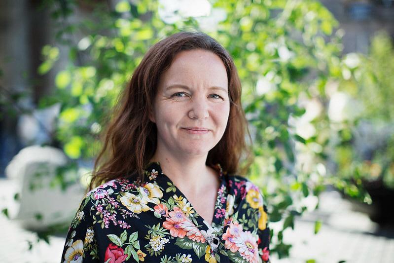 Vänsterpartiets biståndspolitiska talesperson Yasmine Posio vill att Sverige ökar sitt bistånd för att bekämpa effekterna av coronapandemin i världen.
