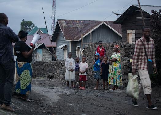 Volontärer från organisationen HOLD i Demokratiska republiken Kongo informerar om COVID-19 och uppmanar människor att tvätta händerna och stanna hemma.