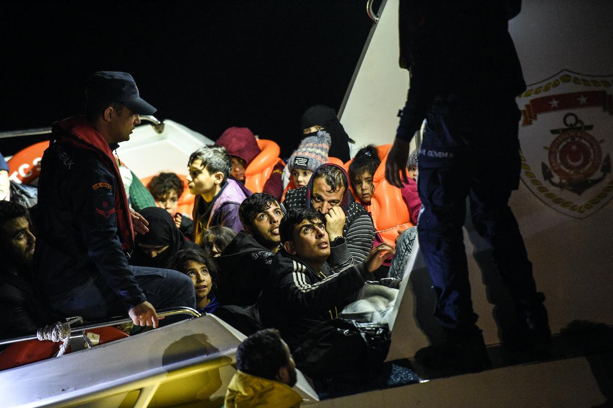 Unga flyktingar som flyr sina hemländer för EU måste få sina rättigheter garanterade även under covid-19. Här plockar turkisk kustbevakning i oktober 2019 upp flyktingar på väg över havet till Grekland.