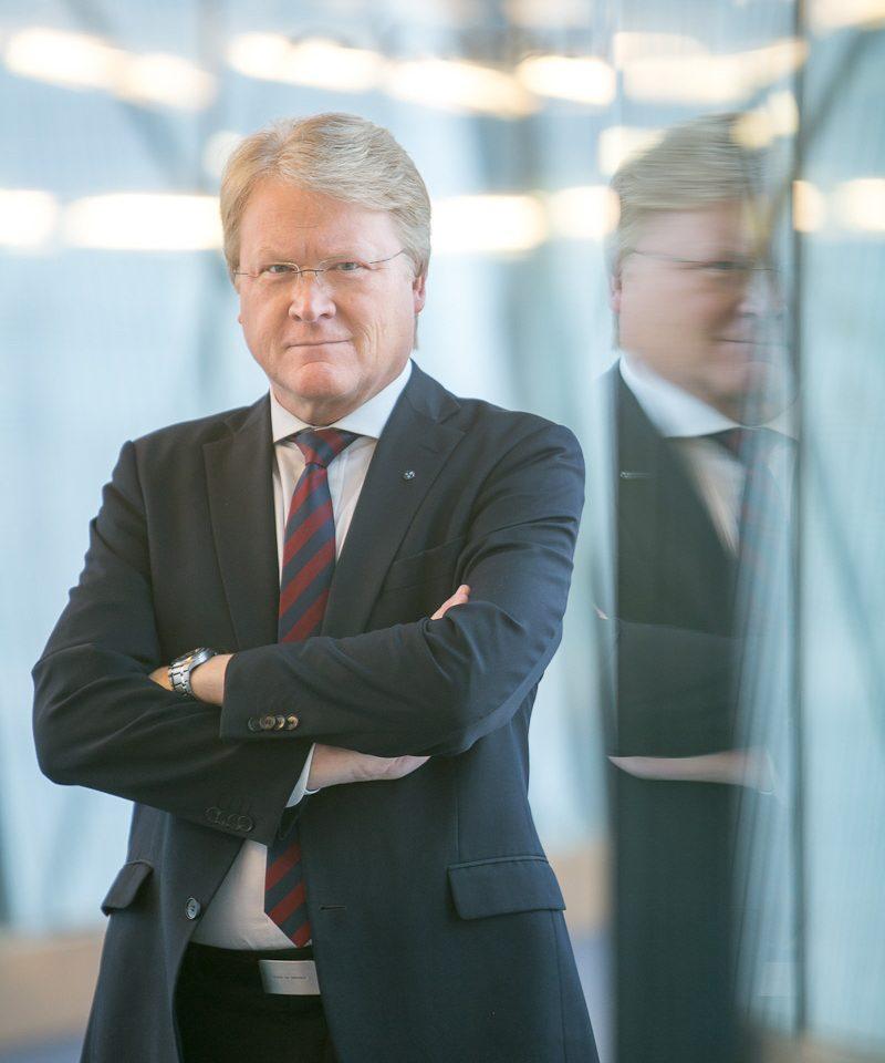 Lars Adaktusson är riksdagsparlamentariker och utrikespolitiskt talesperson för Kristdemokraterna och vill att Sverige ställer tuffare villkor för sitt bistånd.
