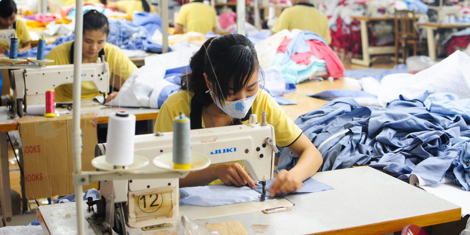 Genom ett frihandelsavtal mellan EU och Vietnam slopas tullarna och svenska EU-parlamentariker hoppas den ökande handeln ska leda till förbättringar inom mänskliga rättigheter, till exempel på landets många textilfabriker.
