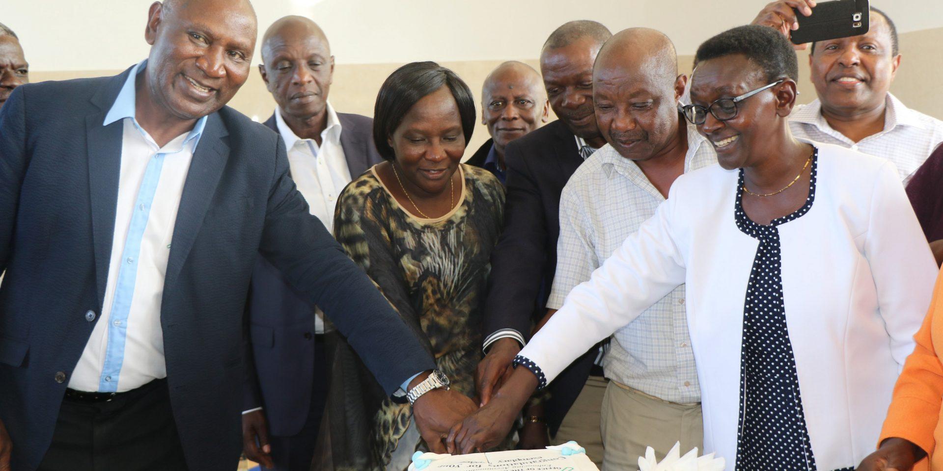 Kenyas riksrevisor, Office of Auditor General, tackar av medarbetare som gått i pension, bland annat Edward Ouko, till vänster, som ledde myndigheten 2011—2019.