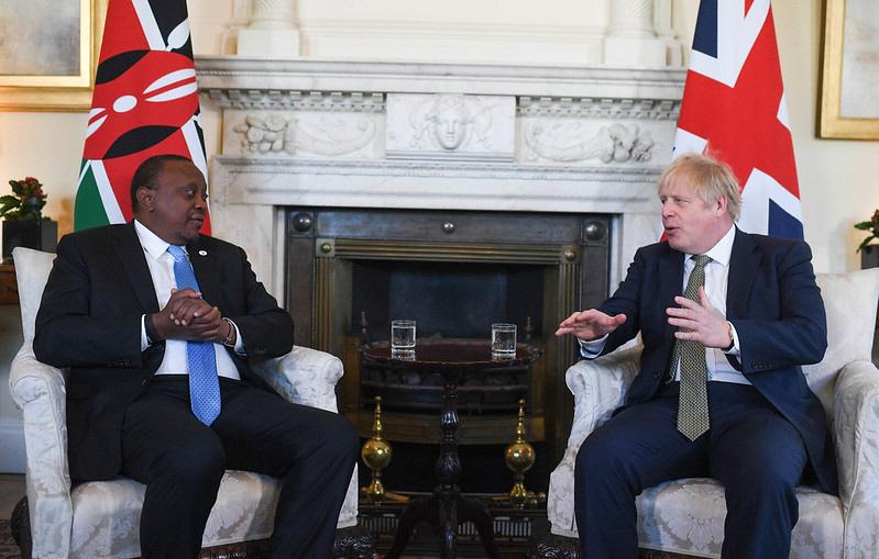 Storbritanniens premiärminister Boris Johnson arbetar redan aktivt med att etablera en egen brittisk utrikes- och internationell utvecklingspolitik, utanför EU. Här med Kenyas president Uhuru Kenyatta, på 10 Downing Street, i London, i januari 2020.